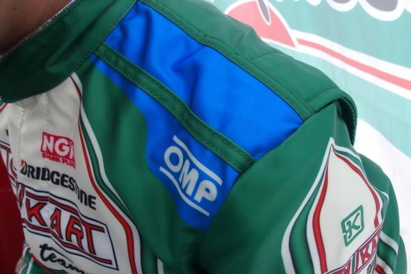 トニーワークススーツの特徴でもあるドライバーごとの肩の色の違いは今回のスーツにも継承されている。