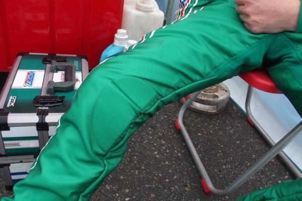 膝の内側、タンクに当たる部分にはパットが装着されている。